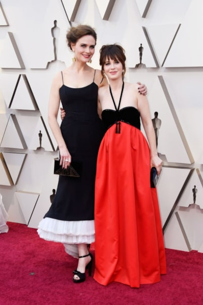 HOLLYWOOD, CALIFORNIA - FEBRUARY 24: (L-R) Emily Deschanel and Zooey Deschanel attend the 91st Annual Academy Awards at Hollywood and Highland on February 24, 2019 in Hollywood, California. (Photo by Frazer Harrison/Getty Images)